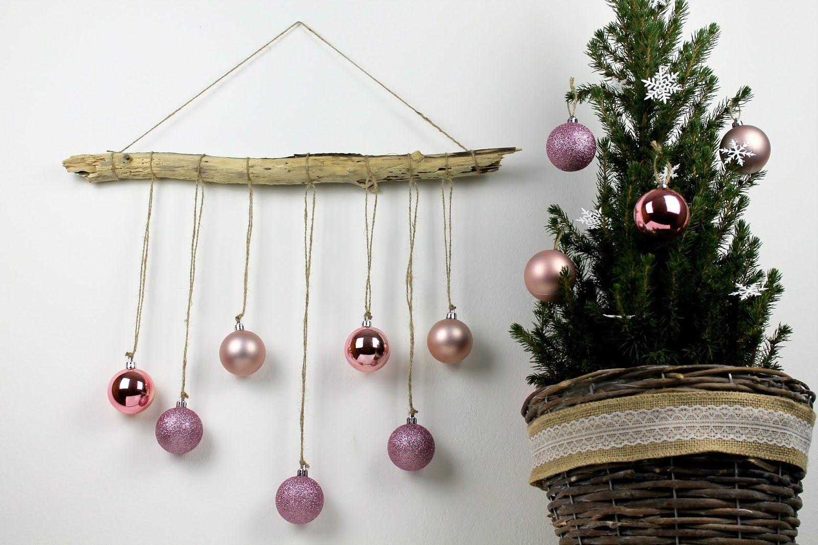 diy ausgefallene weihnachtliche wanddekoration aus treibholz mit christbaumkugeln selber machen. Black Bedroom Furniture Sets. Home Design Ideas
