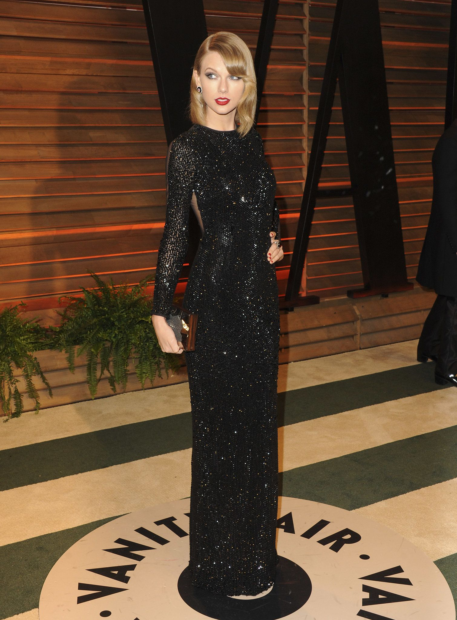 Black dress with red lipstick - Taylor Swift At The Vanity Fair Oscars Party Long Black Dressesdress Blackblack Gownsbright Red Lipstickblack