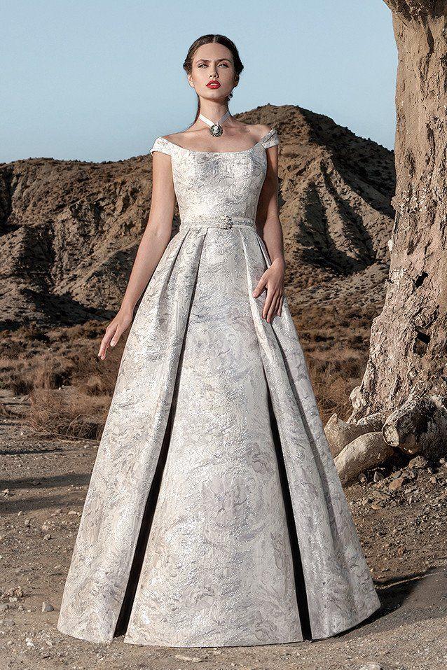 1e116d615 Vestido de fiesta estilo princesa en color plata. El vestido consta de dos  partes