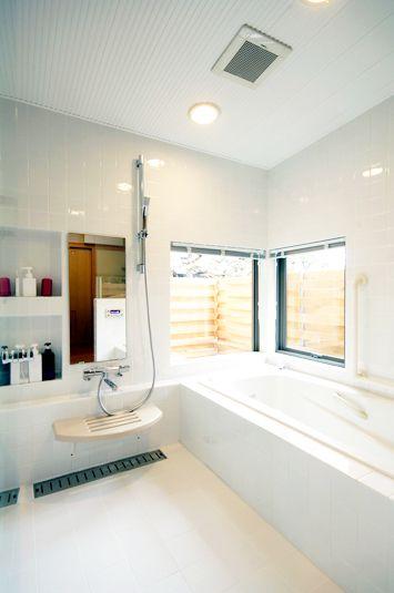 白タイルでスッキリまとめられたバスルーム ニッチや浴槽続きの棚