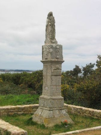 Le pilier de la Vierge situé sur le chemin qui mène à la croix des veuves