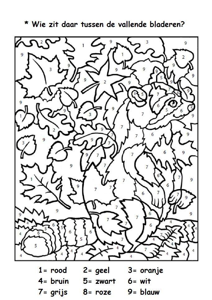 wie zit daar tussen de vallende bladeren herfst