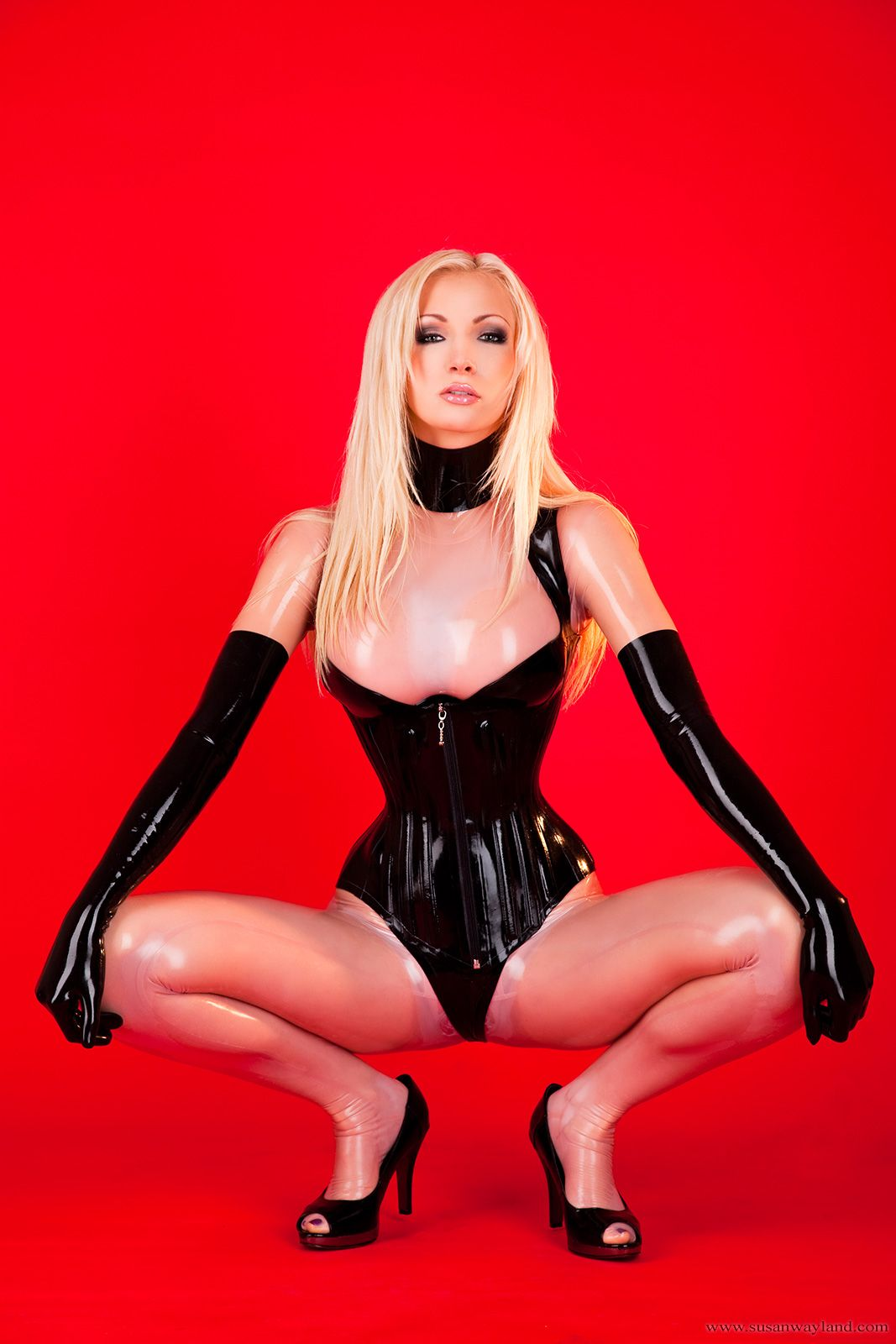 wearing-pantyhose-with-latex