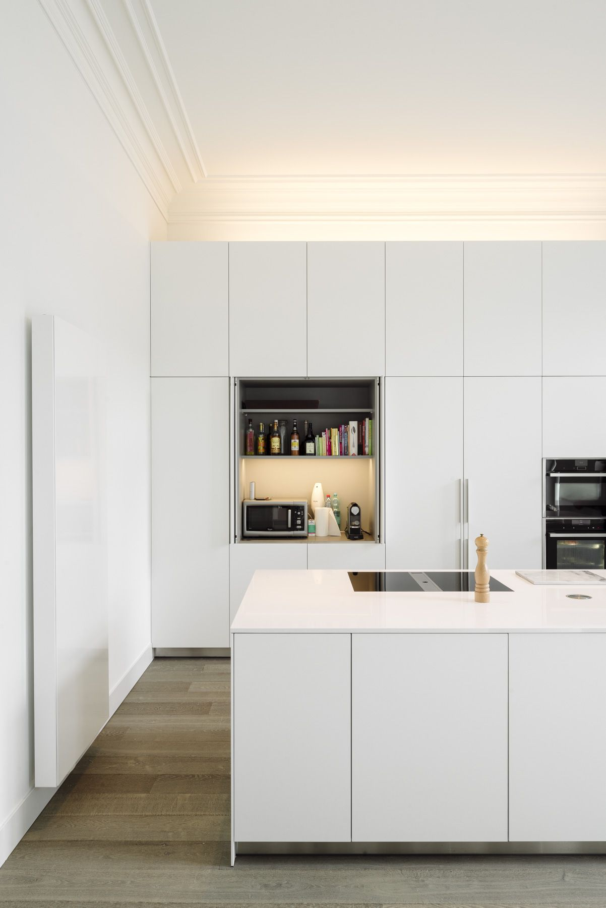 Atelier Carbon - renovatie herenwoning - Bulthaup - wit - credits Olmo Peeters