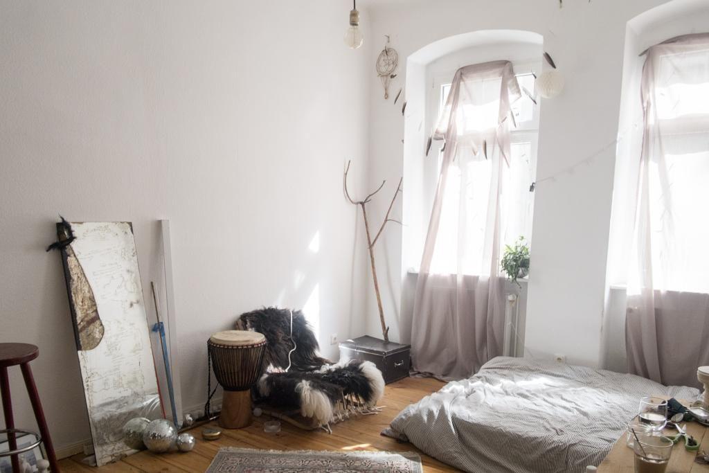 charmantes wg zimmer in berlin mit hohen fenstern transparenten vorh ngen und gro em. Black Bedroom Furniture Sets. Home Design Ideas