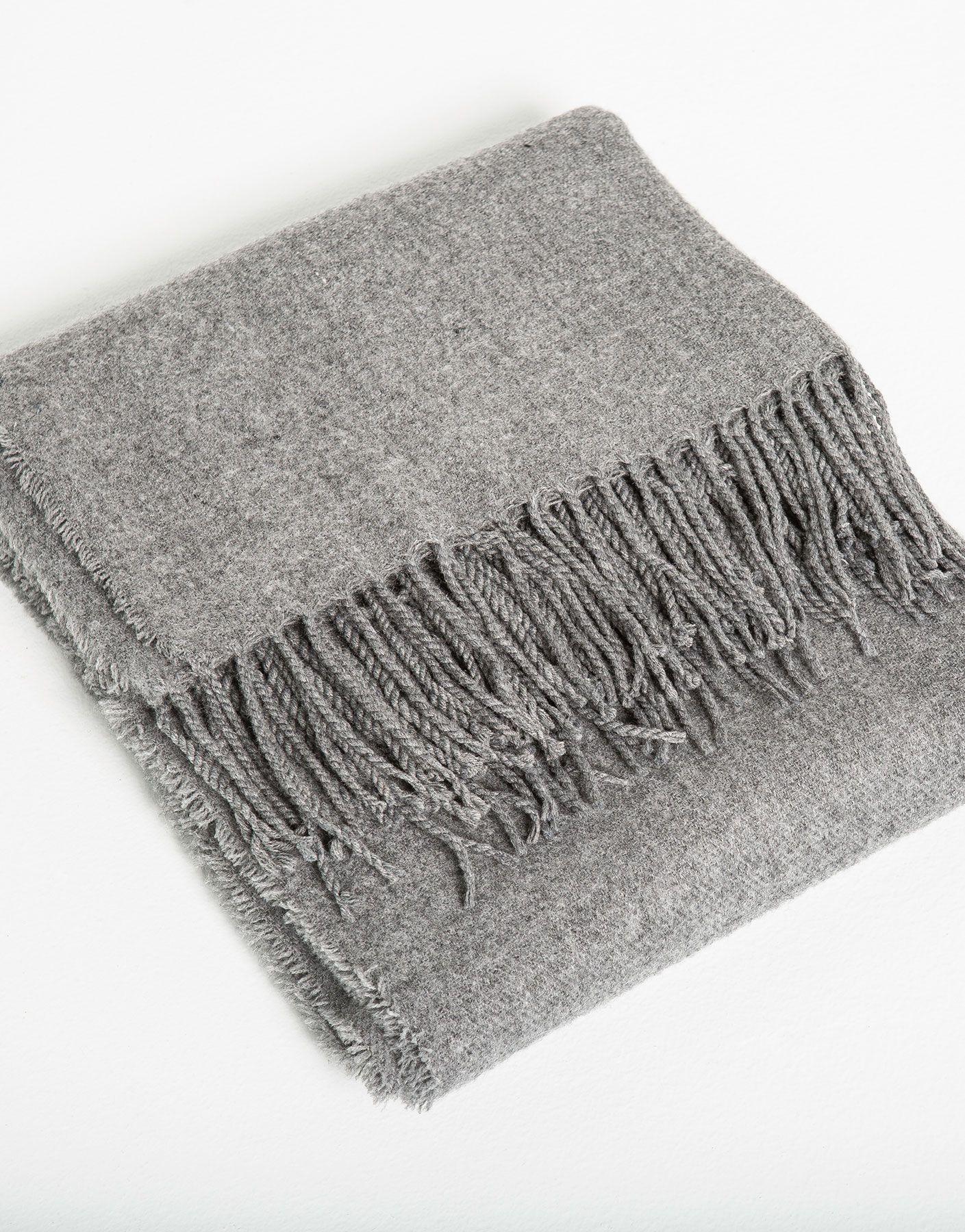 Las temperaturas comienzan a descender y es necesario abrigarnos para evitar los resfriados. Nosotros elegimos esta maxi bufanda de Pull&Bear como must have de la temporada.  https://ad.zanox.com/ppc/?39031773C40765729&ulp=[[http://www.pullandbear.com/es/es/mujer/bufandas-y-fulares-c29026.html%23/100422246/PONCHO%20B%C3%81SICO?utm_campaign=zanox&utm_source=zanox&utm_medium=deeplink]] #pullandbear #bufanda #otoño