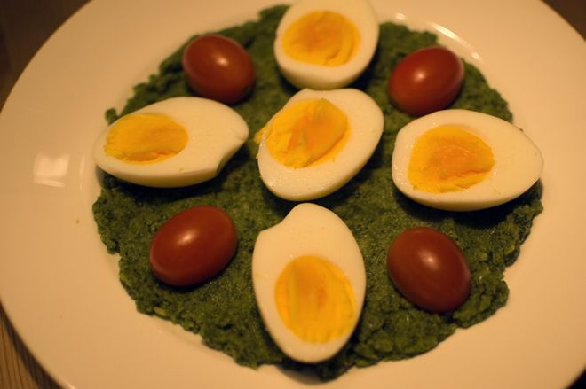 Brokkolipuré med egg og cherrytomater.