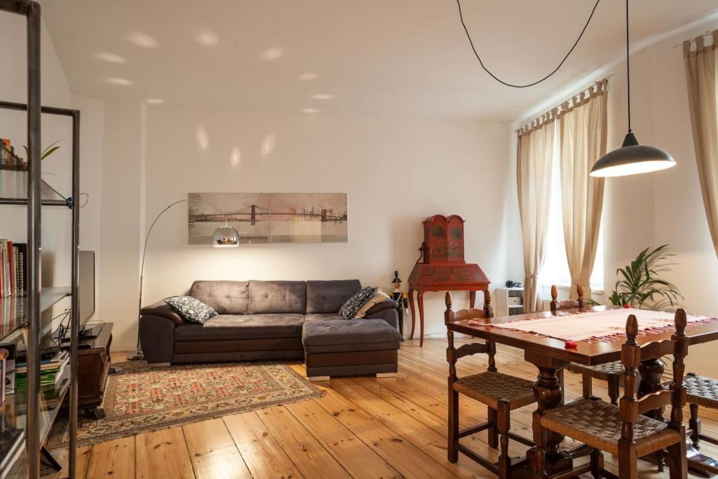 Wunderschne Berliner Altbauwohnung Mit Einem Mix Aus Vintage Und Modernen Elementen Wohnzimmer Moderner Stehlampe Teppich Sowie Schnem