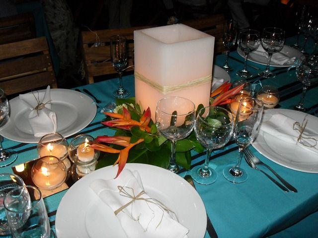 Flores exóticas, una servilleta adornada y claro, iluminación con velas. Otra boda de Conexión Cartagena