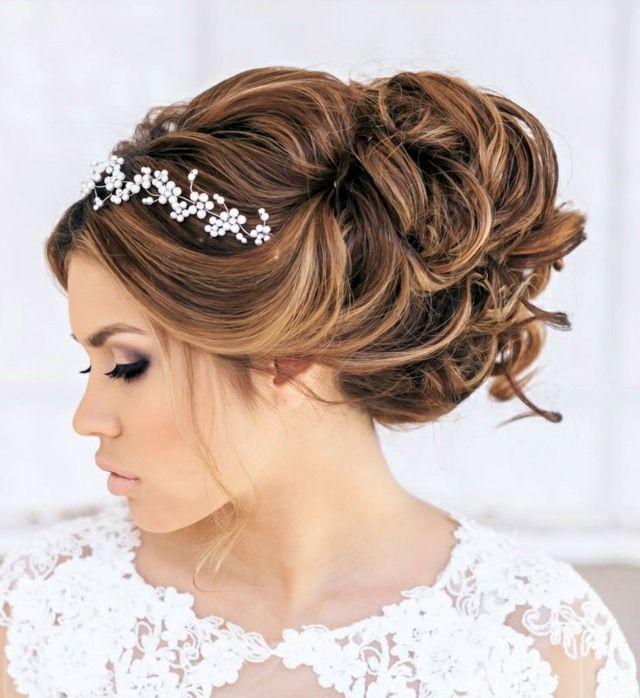 Brautfrisuren romantische hochsteckfrisur  Hochsteckfrisur Haarreif Perlen Volumen Locken | Frisuren ...