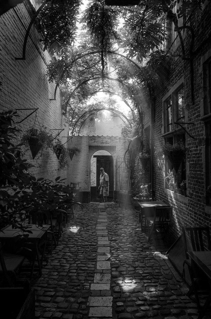 https://flic.kr/p/x6GvH3 | Antwerpen passage | Pequeño callejón de Amberes con un encanto especial