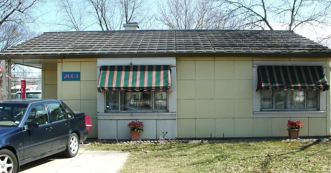 This Is A Lustron Home In Cedar Rapids Ia Carl Strandlund Invented The Lustron Home To Answer The Need For Affordabl Steel House Affordable Housing Homeowner