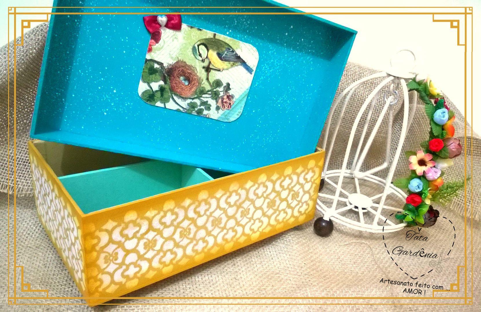 Caixa decorada em mdf com tecnicas de guardanapo, stencil e forrada com papel camurça, presentei com estilo. (tema de passarinho)