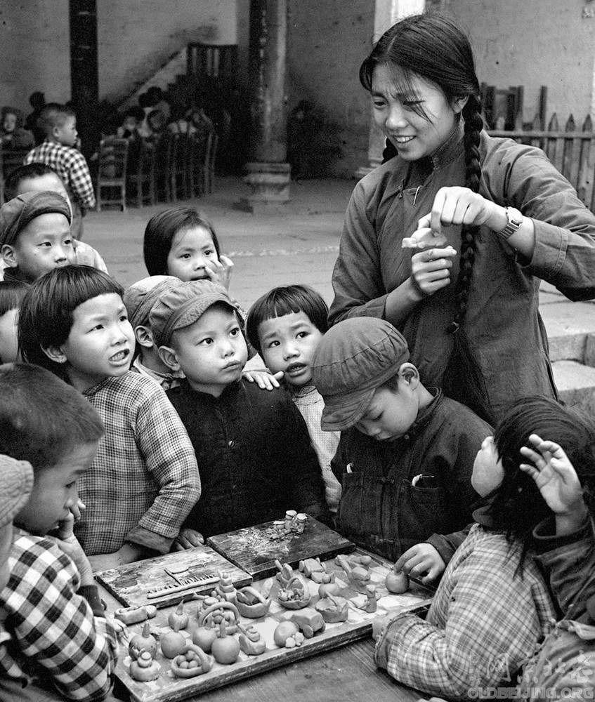 In November 1958, Guangzhou City, a suburb of Sanyuanli kindergarten children