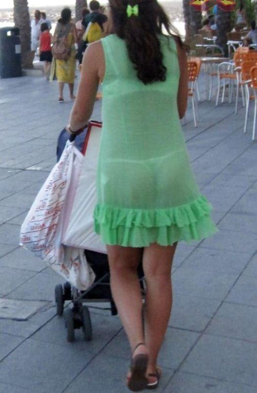 Mujeres en vestidos trasparentes