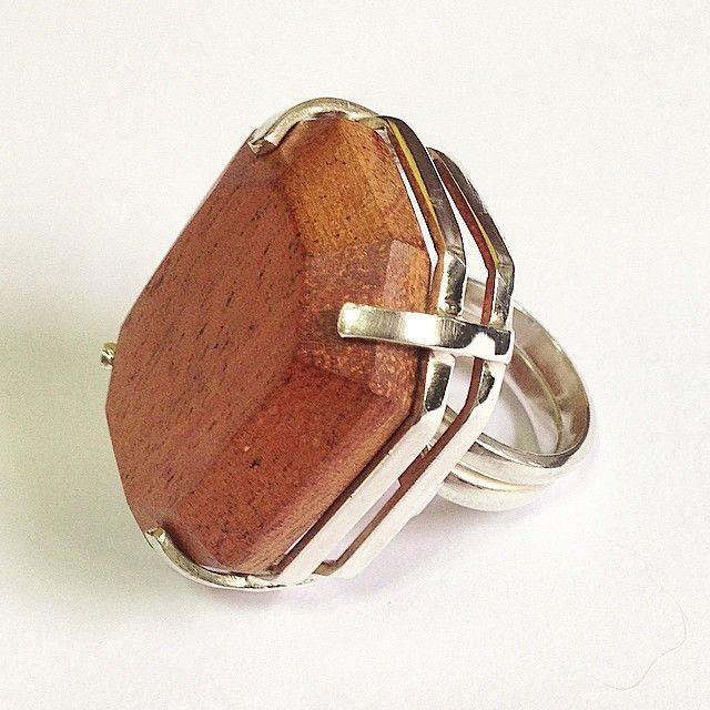 Anel de prata ajustável / Madeira (Mógno) Madeira de Demolição. Adjustable Sterling Silver Ring / Wood (Mahogany). Demolition Wood. https://www.etsy.com/pt/listing/205326531/prima-energia?ref=shop_home_active_6