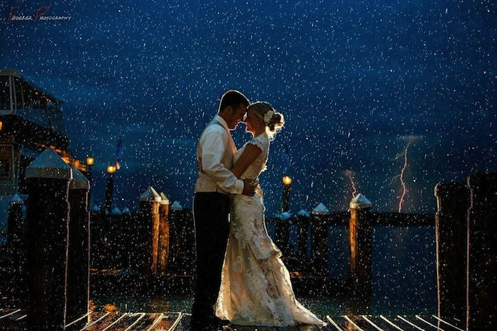 12 nádherných svadobných fotiek, ktoré nepokazilo ani zlé počasie