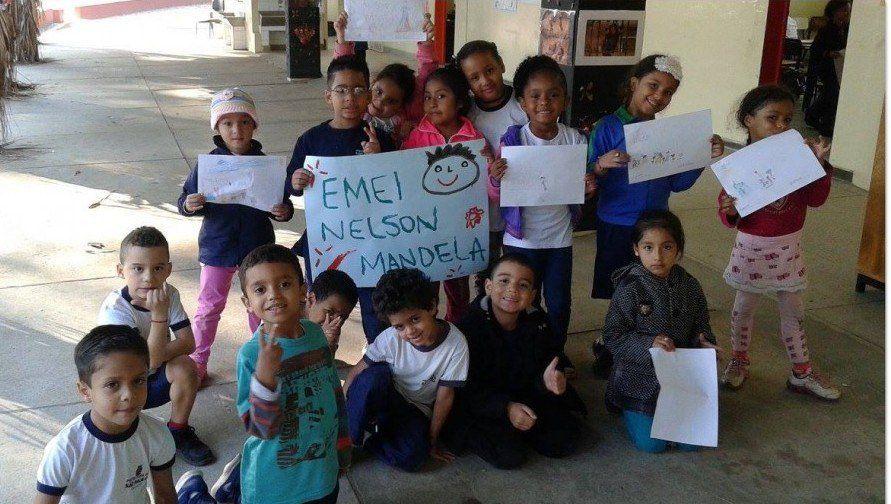 """Escola vítima de racismo ganha novo nome: """"EMEI Nelson Mandela"""""""