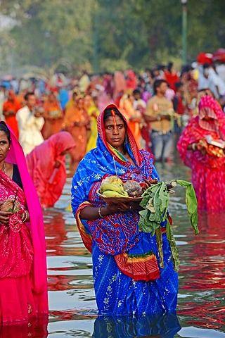 Mujer hindú durante el festival Chhath, Nueva Delhi, India / Nueva Delhi, festival hindú, la mujer india