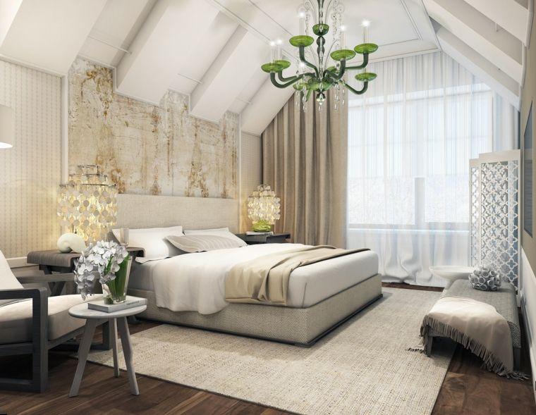lussuosa camera da letto mansardata arredata con tappeto e letto ...