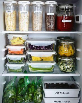 Perfekt Ein Kühlschrank Gefüllt Mit Unterschiedlichen Vorratsbehältern, U. A. IKEA  365+ Vorratsbehälter Mit Deckel Transparent/weiss.