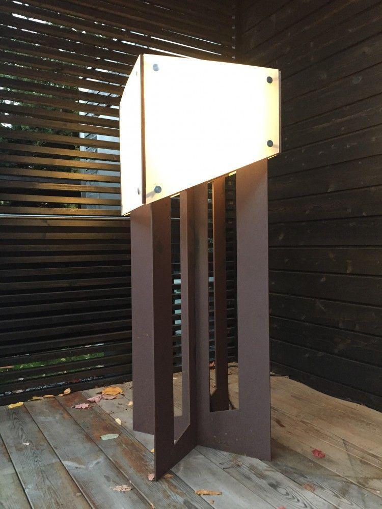 Deze designlamp is gemaakt van Cortenstaal en voorzien van een polycarbonaat kap. Geschikt voor buiten en verkrijgbaar in elke kleur. Diverse lichtbronnen.