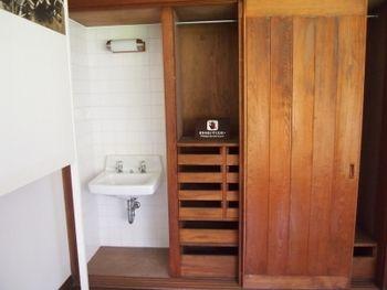 別室の女中部屋には、寝室と同じようなクローゼットの隣に ...