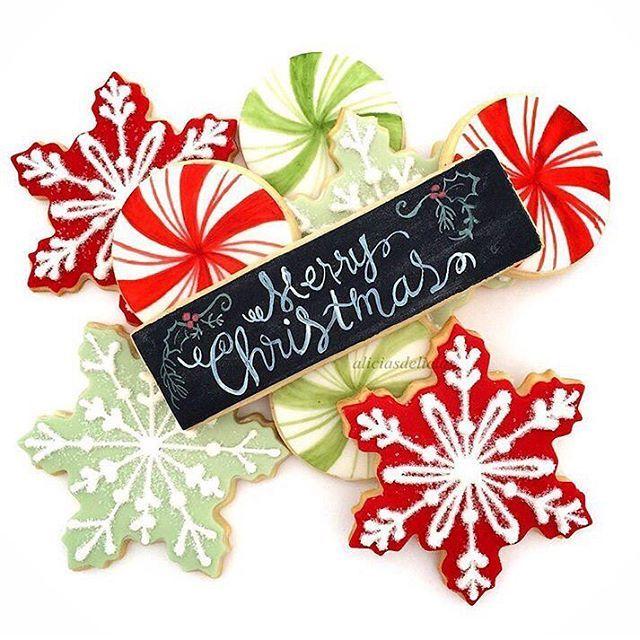 ❄️. . #sugarcookies by #AliciasDelicias #merrychristmas #feliznavidad #huffposttaste #holidaybaking #f52grams #tradition #buzzfeast #marthabakes #snowflakes #peppermint #holidaycookies #wiltoncakes #wiltonfondant #handpainted #fbf #tbt #holidays #sandiego #galletas #galletasdecoradas #paintedcookies