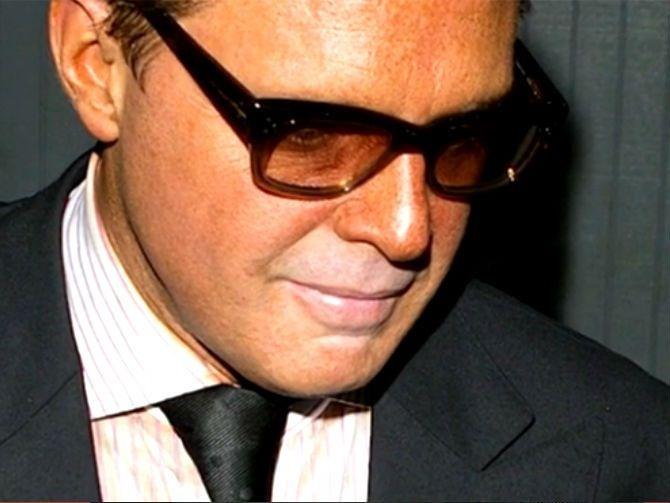 Luis Miguel y sus lentes.   Luis Miguel  ) My Fav Music Artist ... 7615468d2a7e