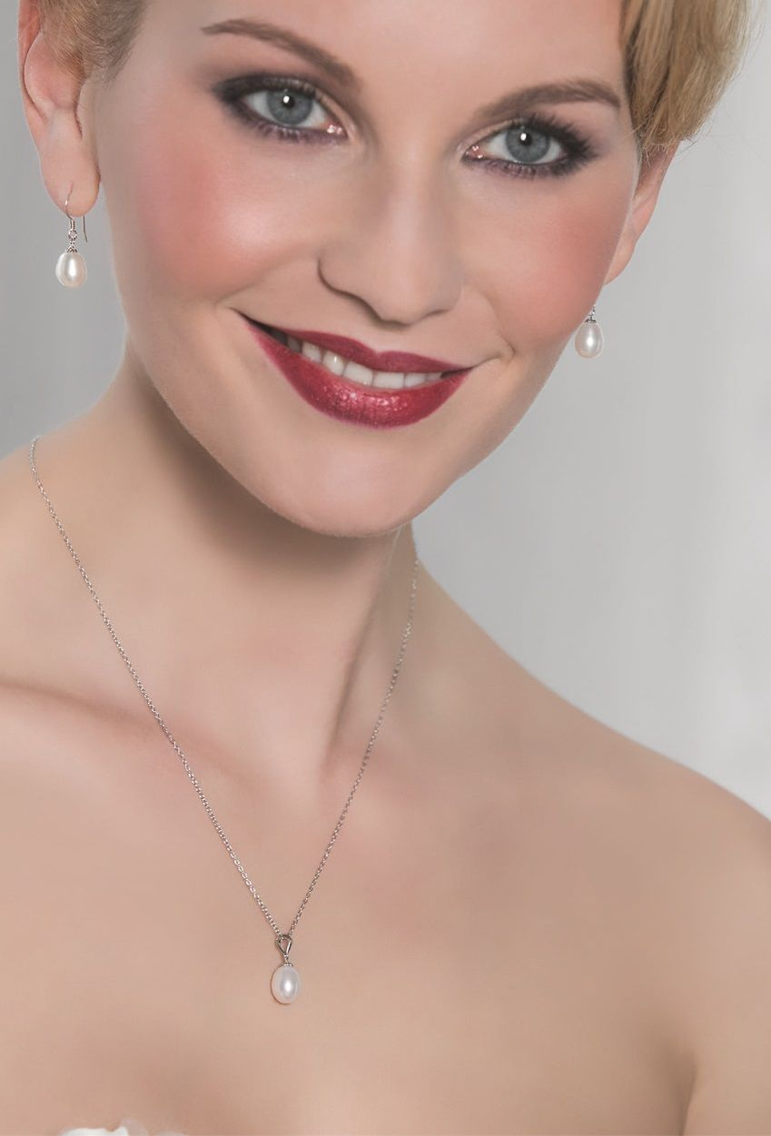 Want jewellery that can be just as easily worn after as at the wedding? This delightful combination of 925 sterling silver and AAA quality freshwater pearls represents classical timeless elegance (63054)