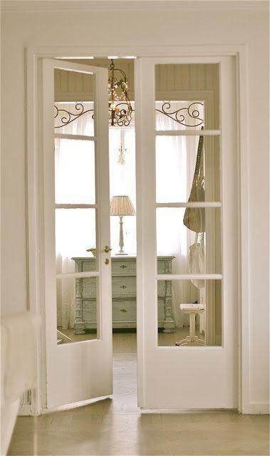 White French doors match a shabby chic interior and let light in      Ausliefern… – anbau-haus-wohnzimmer