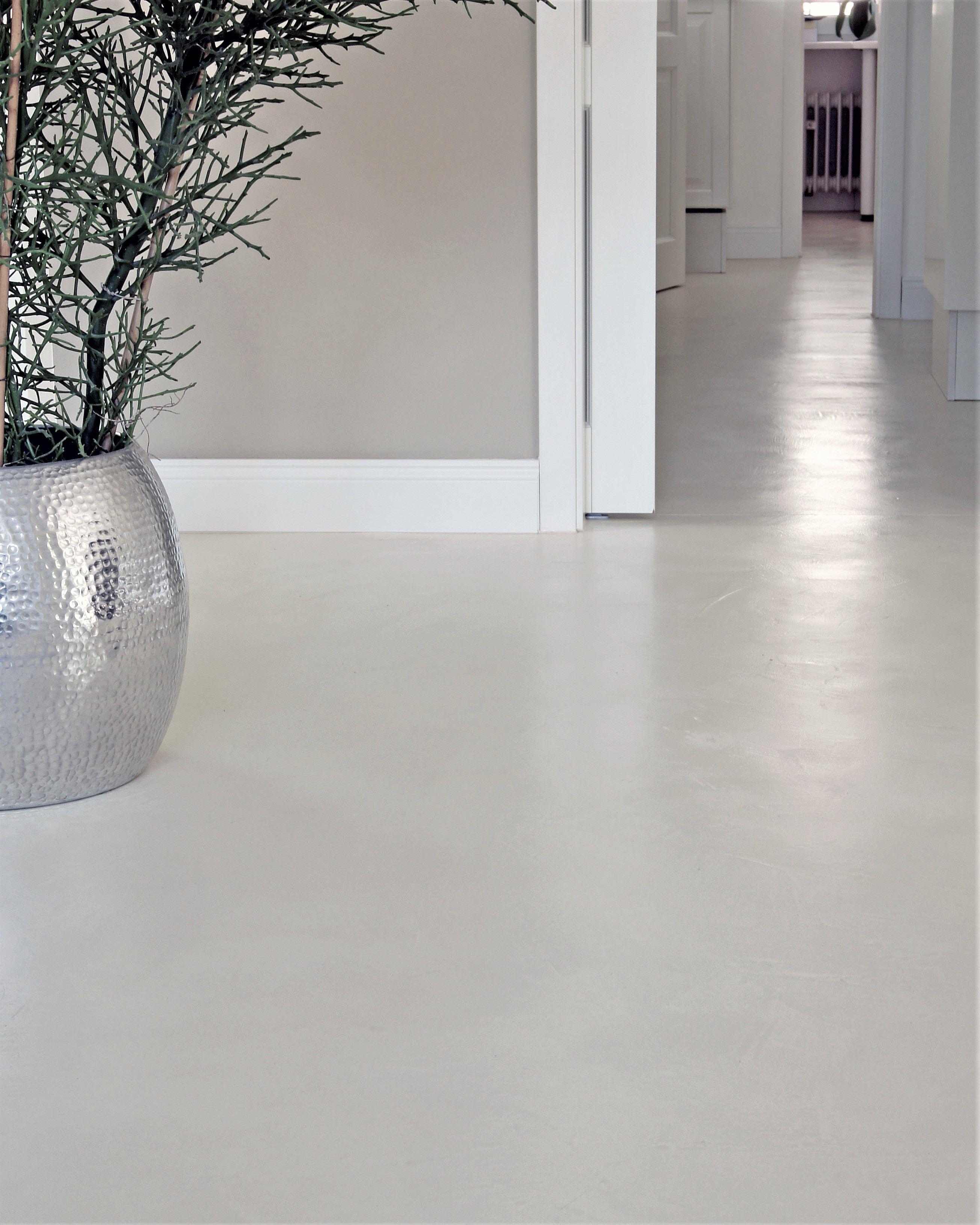 Wohnbeton Wb 1 Sanierung Und Umnutzung Nurnberg Geschliffener Und Polierter Sic In 2020 With Images Concrete Floors Free Standing Bath Tub Clear Glass Vases