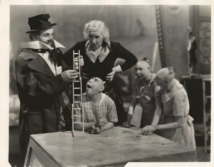 Wallace Ford, Leila Hyams, Schlitzie Surtees, Elvira and Jenny Lee Snow (Pip & Flip) on the set of Freaks (1932)