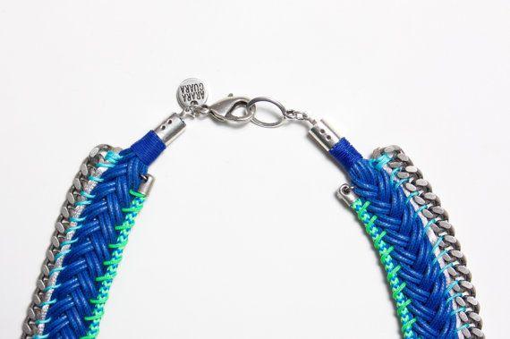 YURUPARI collar trenzado azul decorado con cadenas y por Araracuara