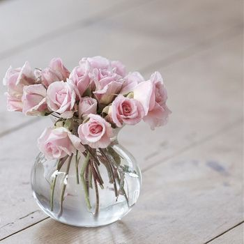 まあるいガラス瓶には、たっぷりの薔薇でボリュームを出して。