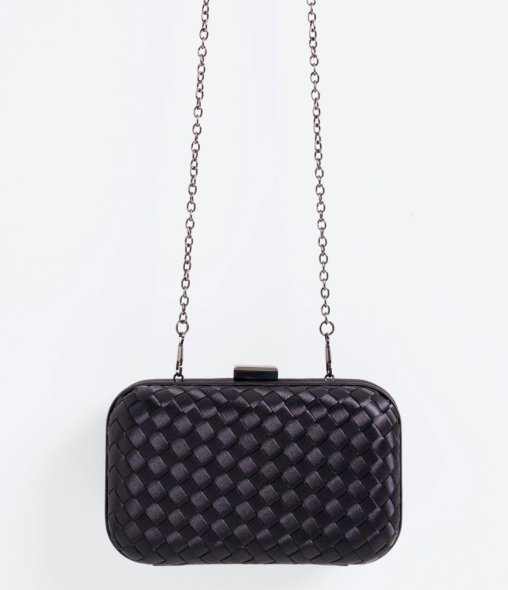 6ed2d9201 Bolsa feminina Modelo clutch Com alça de corrente Com tressê Com forro  Marca: Satinato Material