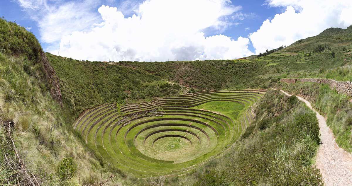 幾何学模様が美しい・モライ遺跡 スペイン統治時代の面影残る高原都市。ペルー「クスコ」の美しい風景