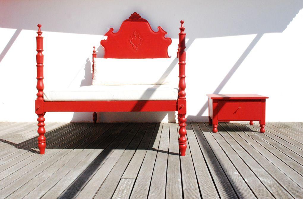 Mobiliário | Cama e mesa cabeceira pintada
