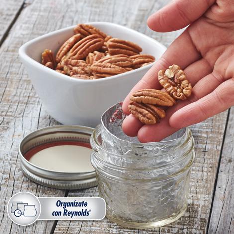 Conserva tus nueces frescas y crujientes con este #Tip. Forra por dentro un frasco con Papel Aluminio, mete las nueces y guárdalas en un lugar fresco y seco.