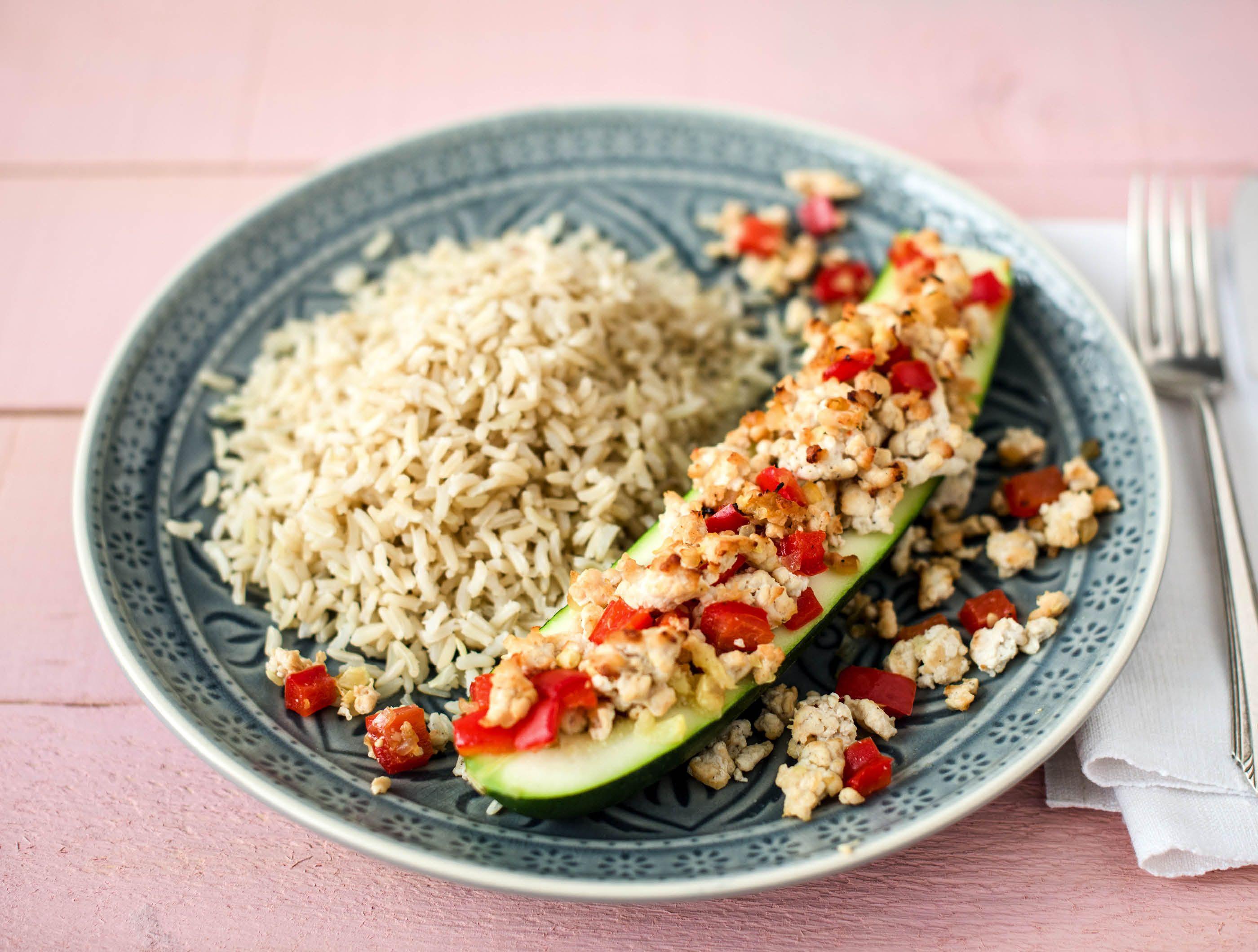 Courgette gevuld met kipgehakt, rode paprika en rijst