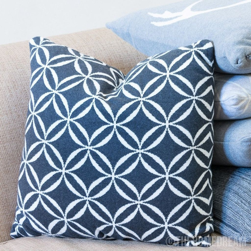 Circles black u white knitted cotton square cushion cover products