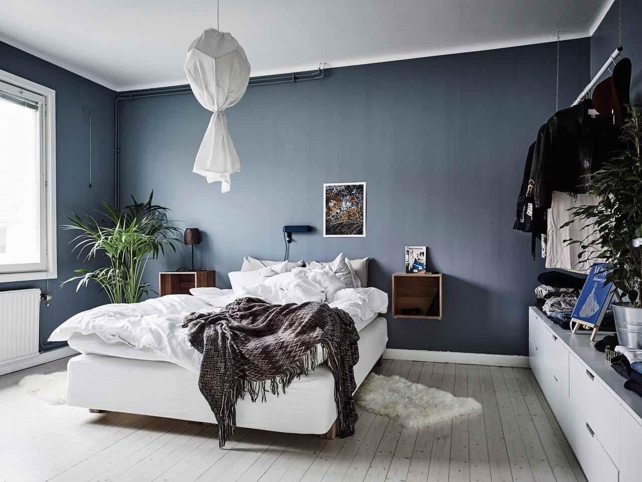 Schlafzimmer Dunkelblau ~ Wandfarbe schlafzimmer hirschgeweih deko kronleuchter holz blau
