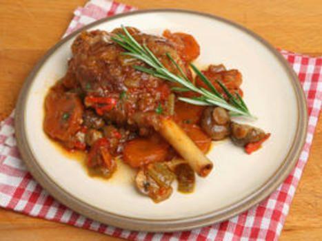 Forvarm ovnen til 180C. Varm olivenoljen, og tilsett lammeskankene. Brun dem på alle sider. Tilsett resten av ingrediensene, og rør om. Legg på lokk, og sett det i ovnen i 2timer til kjøttet er mørt.