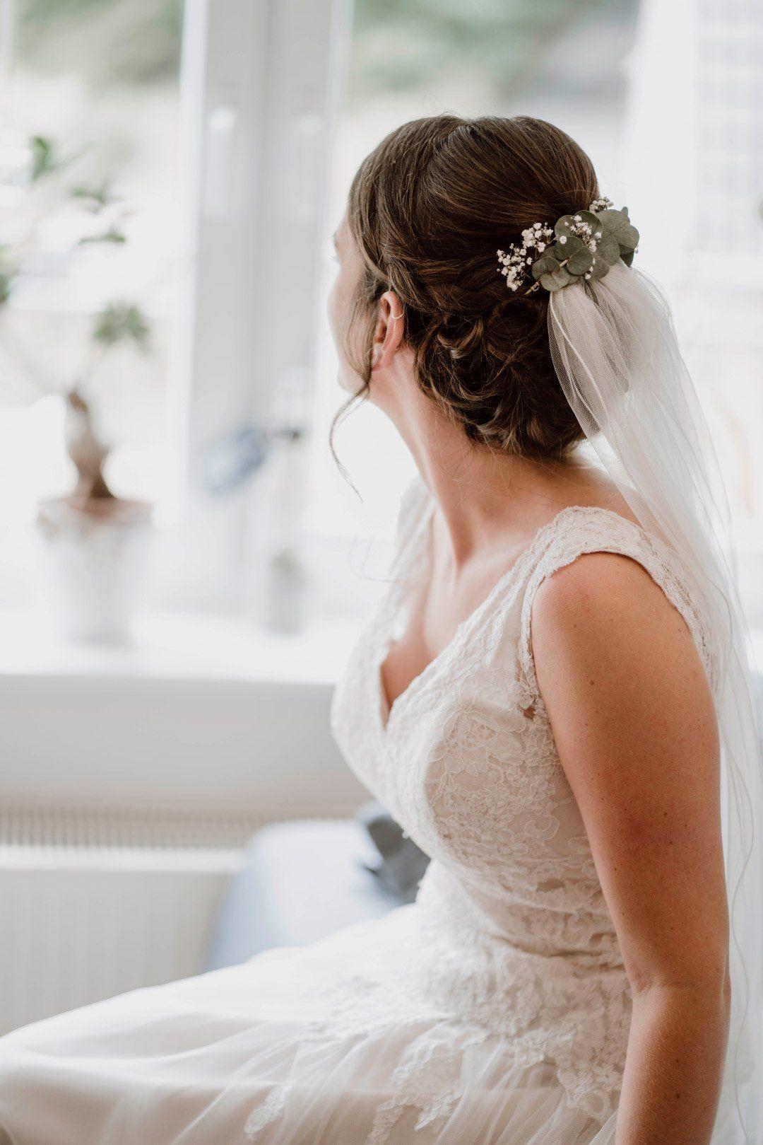 Braut Mit Schleier Und Blumen Im Haar Hochzeit Frisuren Schleier Schleier Braut Braut