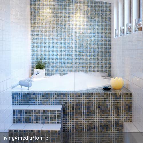 Eingebaute Badewanne mit Stufen | eingebaute Badewanne, Mosaiksteine ...