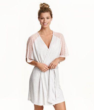 Katso! Lyhyt kimono ohutta viskoositrikoota. Pitsiset osat olkapäissä ja lyhyissä hihoissa. Solmittava nauha vyötäröllä. – Käy hm.comissa katsomassa lisää.