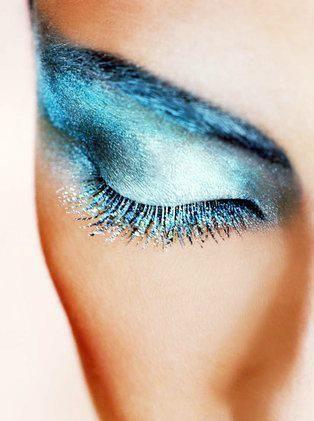 Blue eyeshadow Repinned by www.lecastingparisien.com