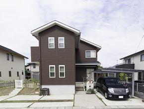 外観 ブラウンの外壁とホワイトサッシが印象ある外観に 住宅の
