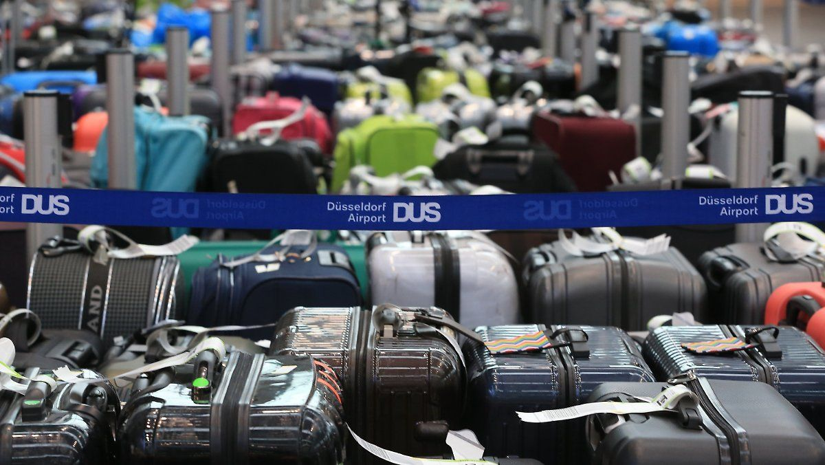 Am Flughafen Düsseldorf stapeln sich Hunderte Koffer