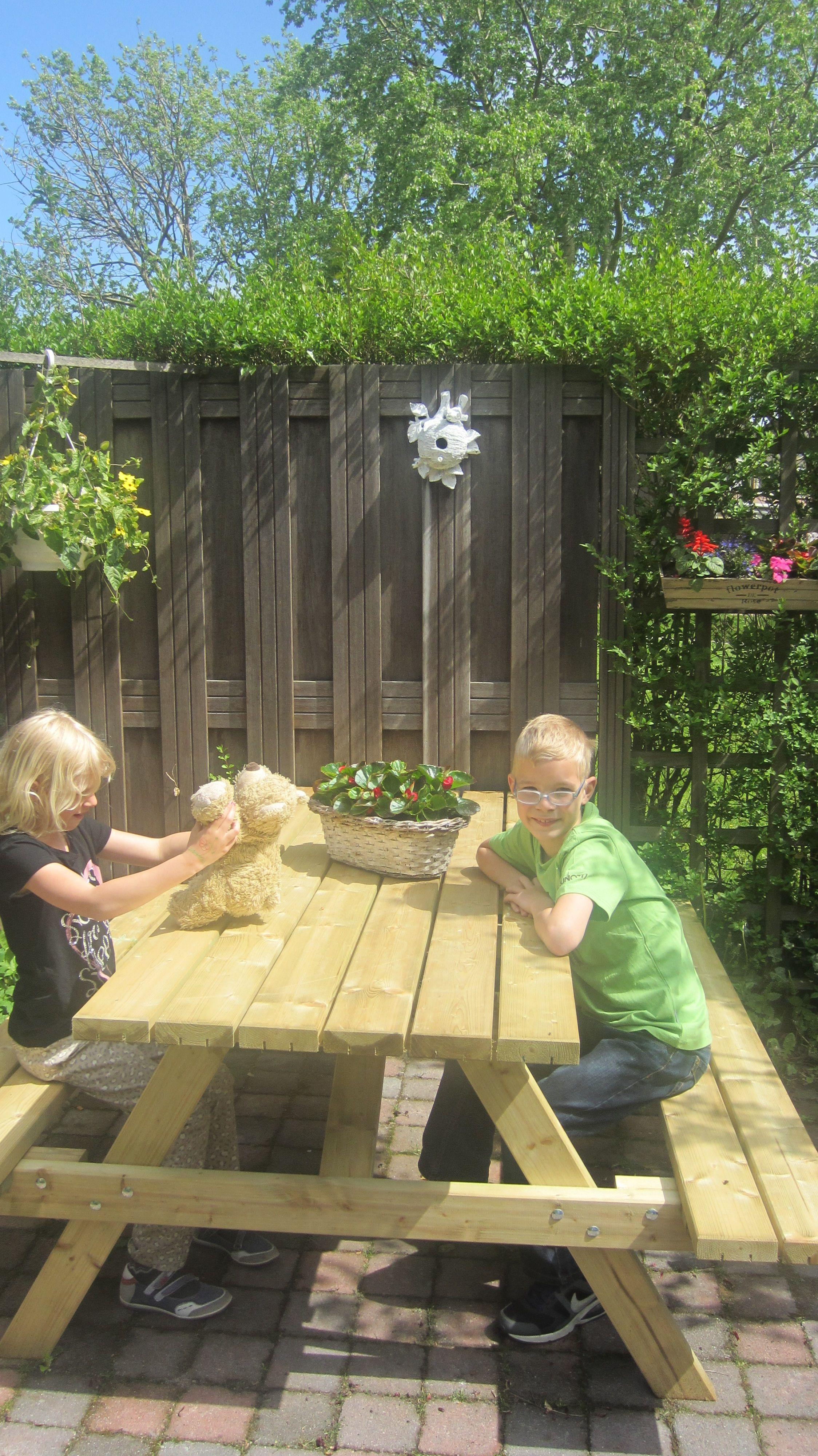 De picknicktafel gewonnen met Facebookactie door Diana Twigt staat er mooi bij, kinderen zijn er ook blij mee.